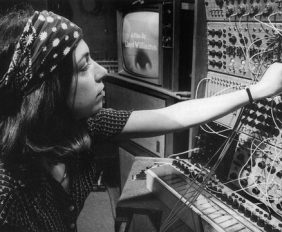 x510_suzanne-ciani-et-son-synthetiseur-buchla-courtesy-s.-ciani.jpg.pagespeed.ic_.6uio3b27Vx